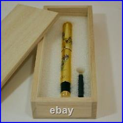 Original fountain pen has a modern Pure gold leaf maki-e of Iris flowers with p